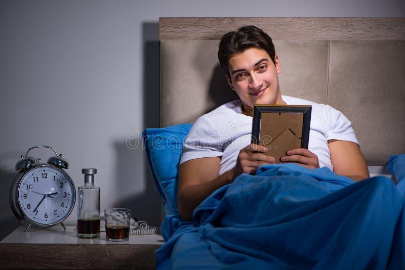 O homem desesperado divorciado na cama fotografia de stock