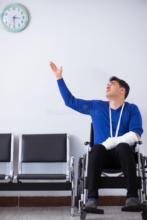 O homem desesperado que espera sua nomeação no hospital com quebrou foto de stock royalty free