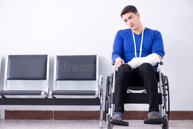 O homem desesperado que espera sua nomeação no hospital com quebrou imagem de stock