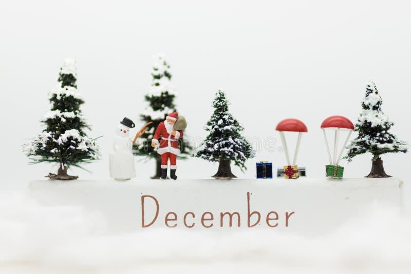 O homem diminuto de Santa Claus e da neve faz o happy hour para crianças no dia de Natal imagens de stock royalty free