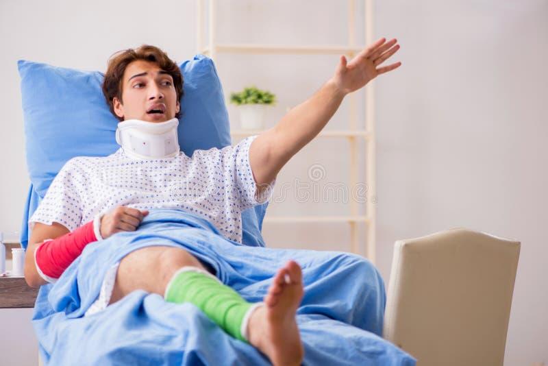 O homem divorciado após o acidente que encontra-se no hospital fotos de stock