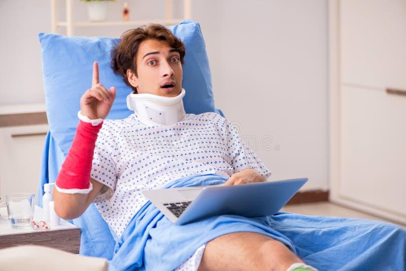 O homem divorciado após o acidente que encontra-se no hospital fotografia de stock royalty free