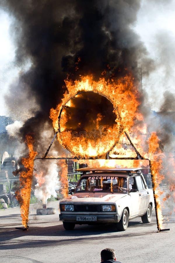 O homem do conluio salta através de uma câmara de ar do incêndio imagem de stock