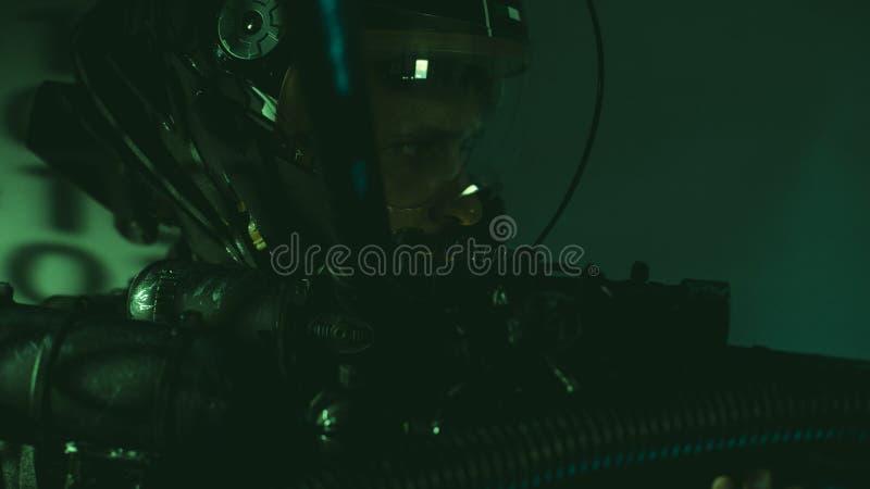 o homem do cyborg do futuro com capacete ilumina o laser conduzido e enorme g ilustração royalty free