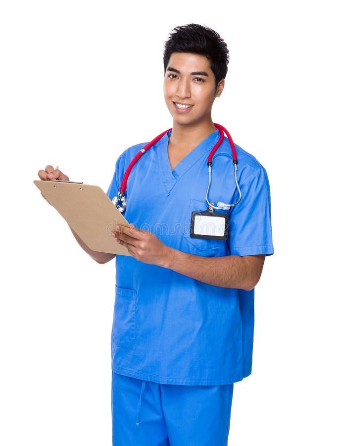 O homem do doutor escreve na placa do arquivo fotos de stock