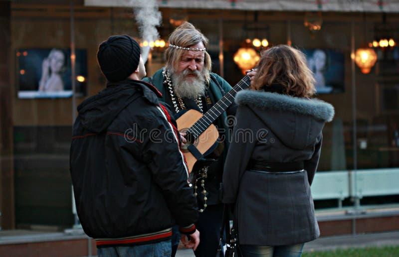 O homem do hippy joga a guitarra em Odessa, Ucrânia fotografia de stock