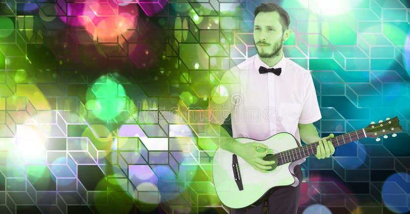O homem do músico que joga a guitarra com partido geométrico ilumina a atmosfera do local de encontro imagem de stock royalty free
