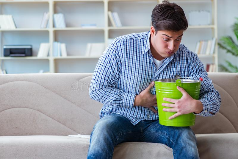 O homem doente que sofre em casa da infecção e do estômago mau fotos de stock