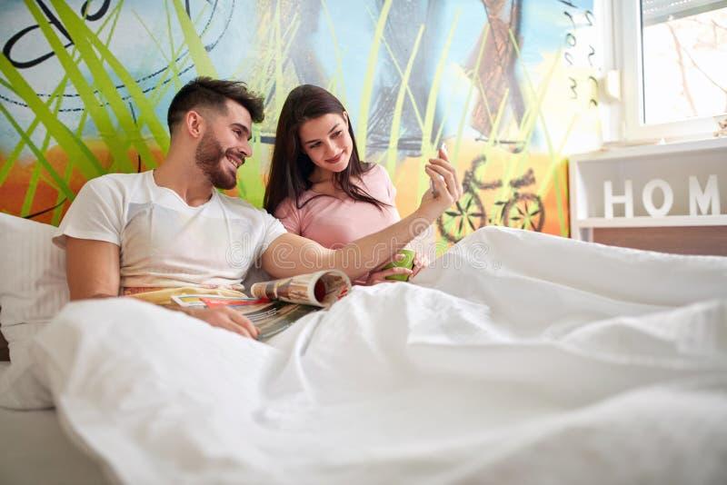 O homem e a fêmea no mau têm junto o divertimento fotos de stock