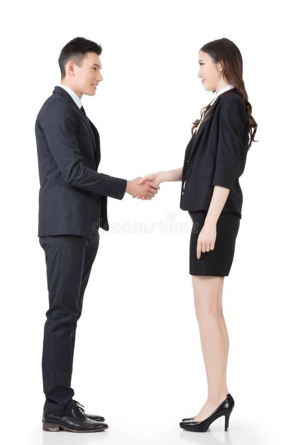 O homem e a mulher asiáticos de negócio agitam as mãos foto de stock