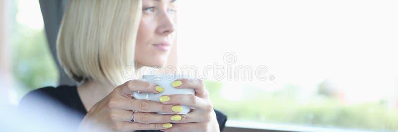 O homem e a mulher bonitos novos encontram-se no negócio do café fotografia de stock royalty free