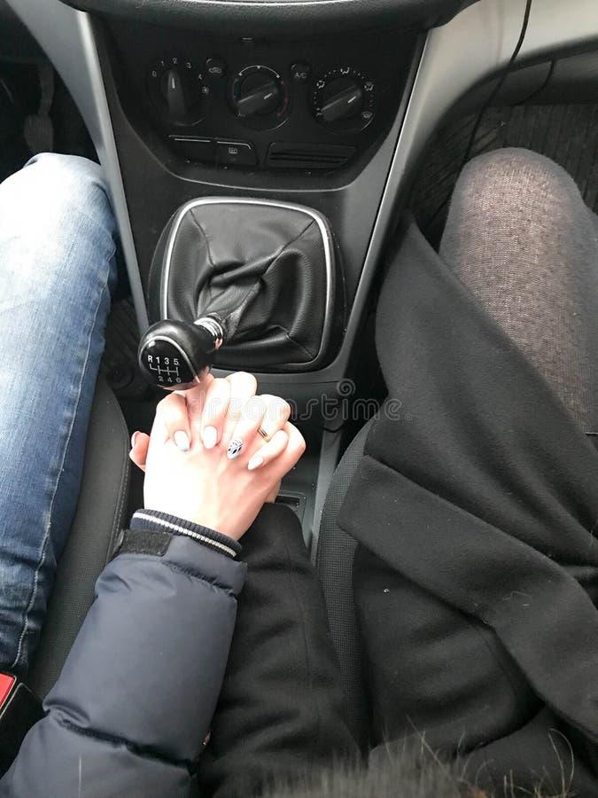 O homem e a mulher, menina, par no amor guardam as mãos com claspe das mãos foto de stock royalty free