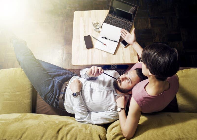 O homem e a mulher pensam na tarefa foto de stock