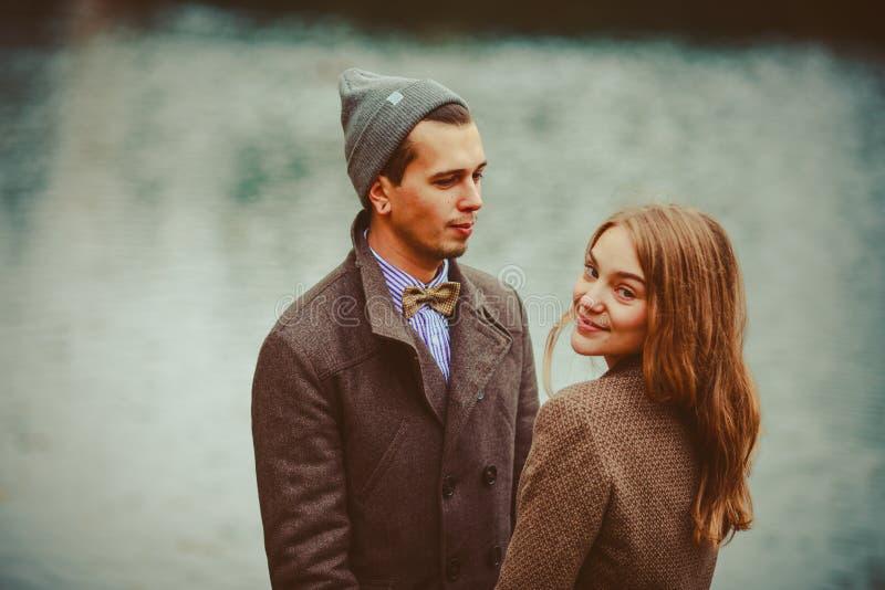 O homem e a mulher que abraçam perto do lago imagens de stock royalty free