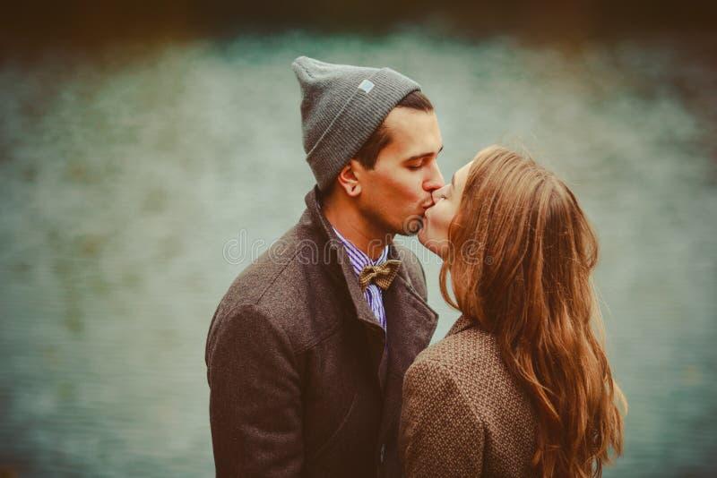 O homem e a mulher que abraçam perto do lago fotos de stock royalty free