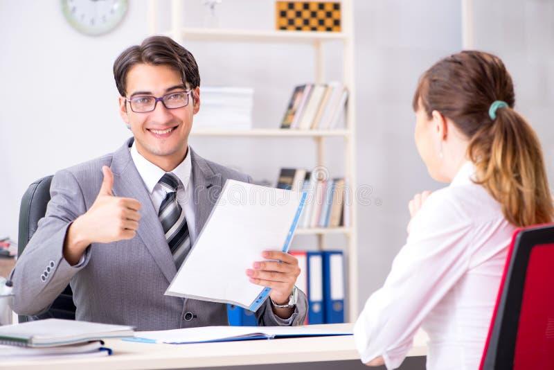 O homem e a mulher que discutem no escritório foto de stock royalty free