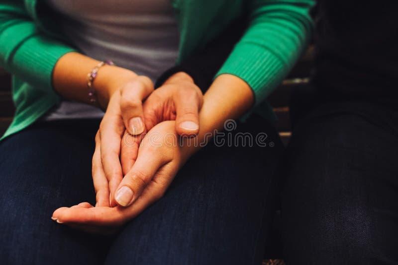 o homem e a mulher que sorriem com mãos descrevem o coração Dois pessoas, homem e mulher no café para comunicar-se, rindo e aprec foto de stock