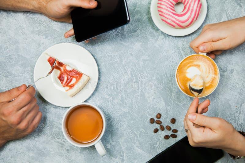 O homem e a mulher têm o tempo do chá e do café imagens de stock