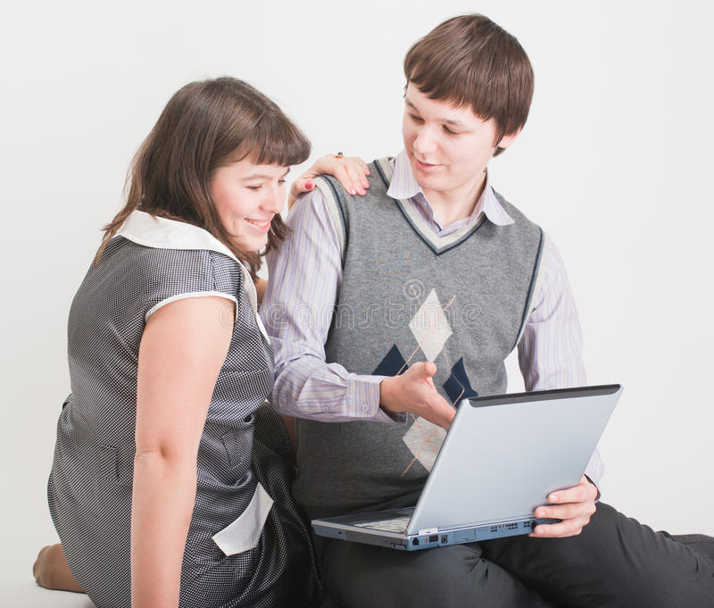 O homem e a mulher trabalham junto fotos de stock