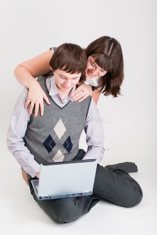 O homem e a mulher trabalham junto imagem de stock