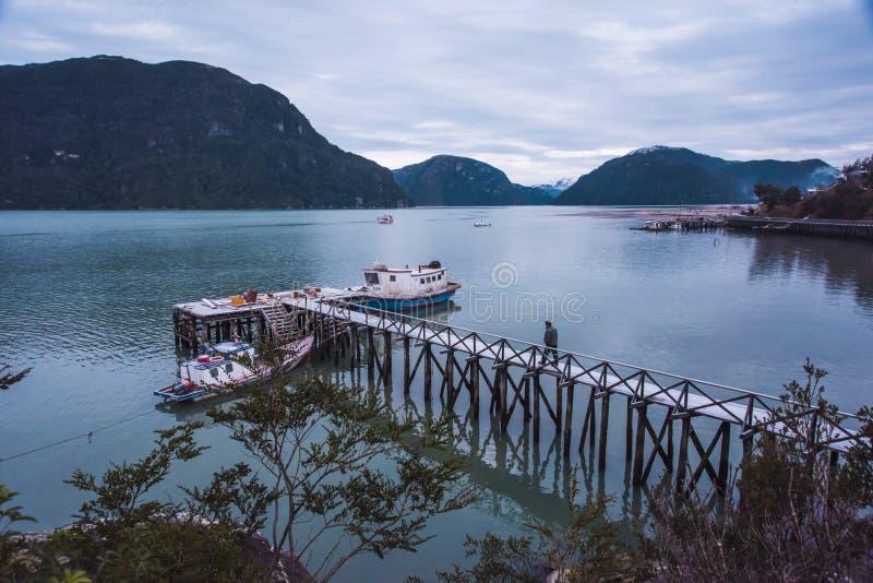 O homem e o rio na manhã imagens de stock royalty free