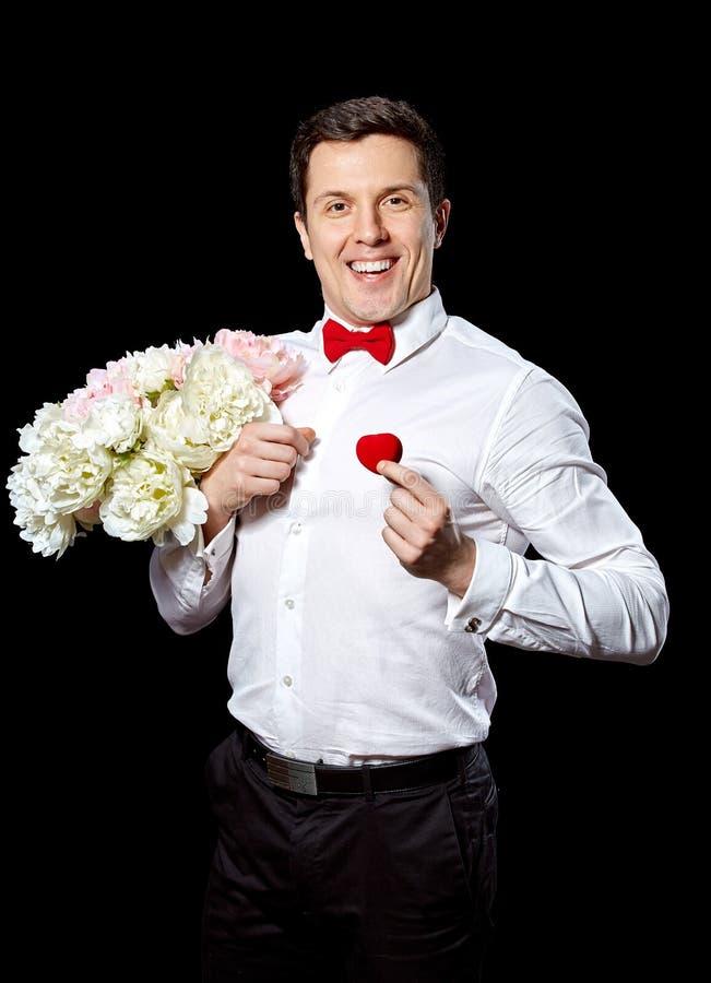 O homem elegante com um anel e as flores fotografia de stock royalty free