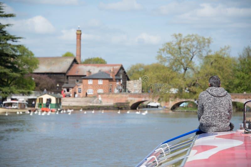 O homem em guias da ligação em ponte do carvão vegetal visita o barco para a amarração foto de stock