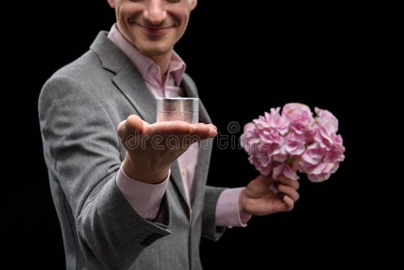 O homem encantador feliz está fazendo a oferta fotografia de stock