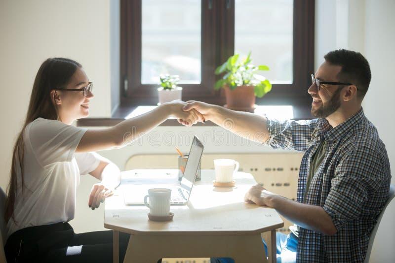O homem encontra o conselheiro financeiro para obter um empréstimo hipotecario novo fotografia de stock