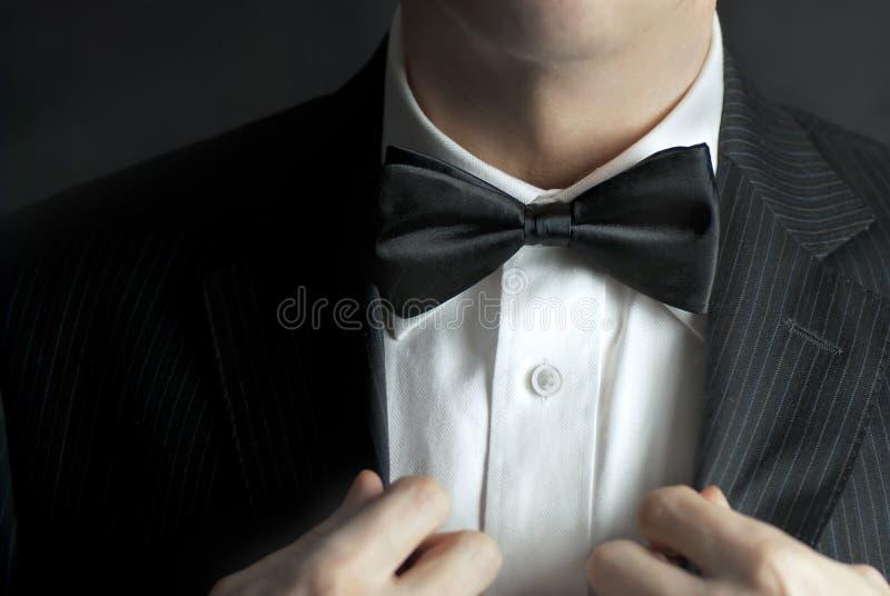 O homem endireita o Tux fotos de stock royalty free
