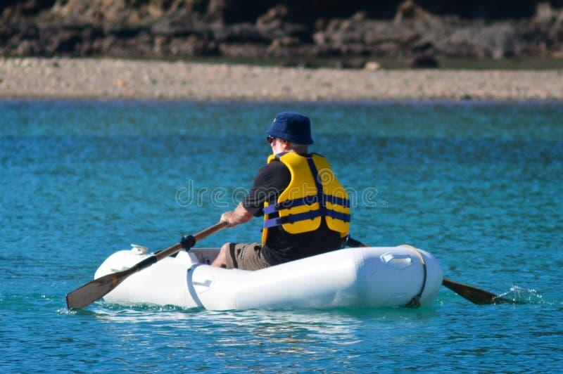 O homem enfileira o barco do bote fotos de stock