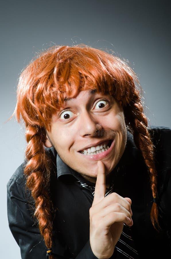 O homem engraçado com a peruca vermelha do cabelo imagens de stock royalty free