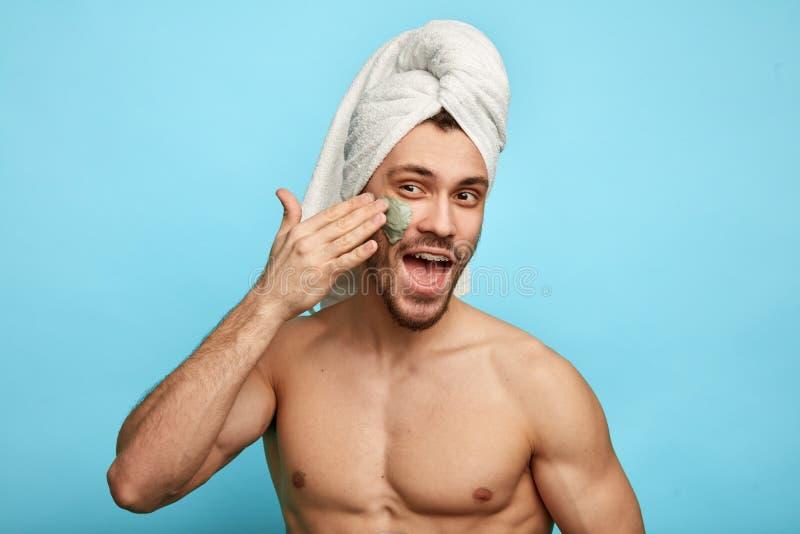 O homem engraçado quer ter a pele perfeita Conceito do cuidado de pele foto de stock