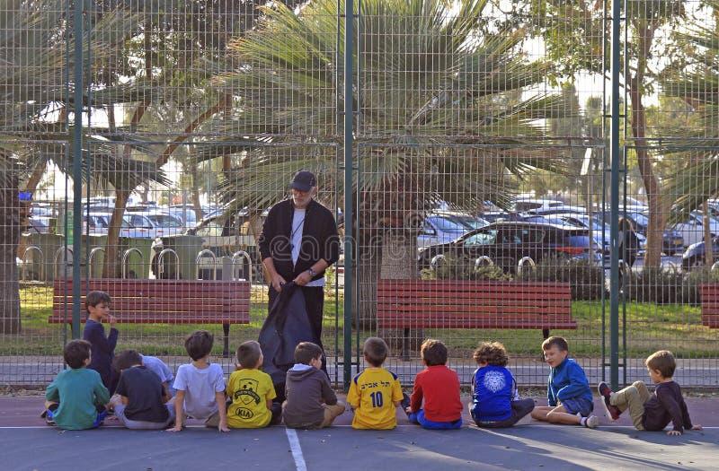 O homem ensina crianças fora em Tel Aviv, Israel imagens de stock