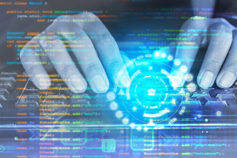 O homem entrega a codificação do programador no teclado de computador fotografia de stock