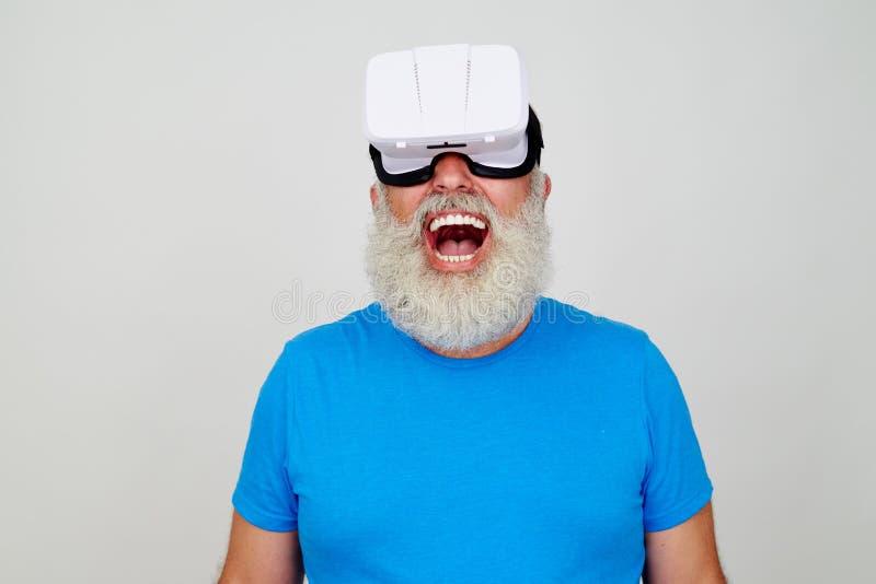 O homem envelhecido de sorriso deleitou-se pelo efeito da cabeça da realidade virtual foto de stock