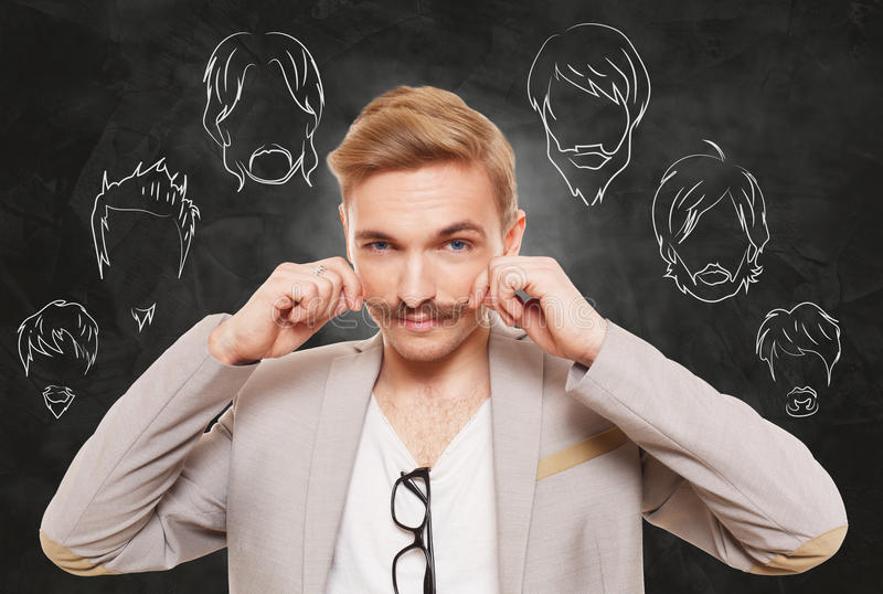 O homem escolhe o estilo, a barba e o bigode de pêlos faciais imagens de stock