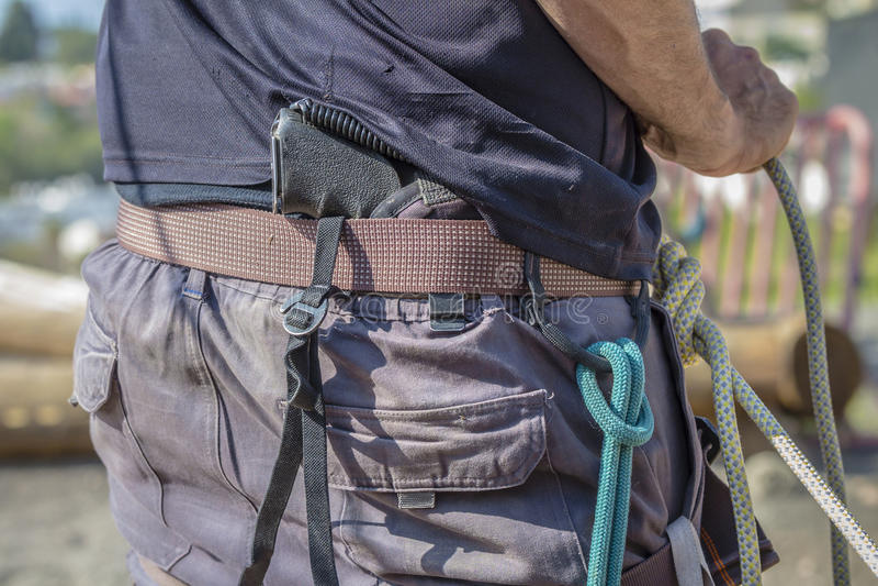 O homem esconde a arma atrás do seu para trás foto de stock