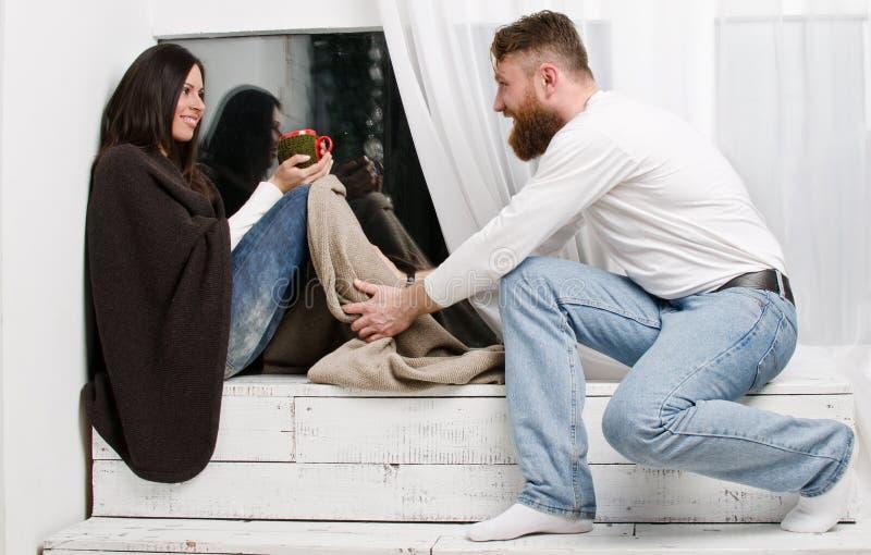 O homem esconde uma mulher dos pés da manta foto de stock