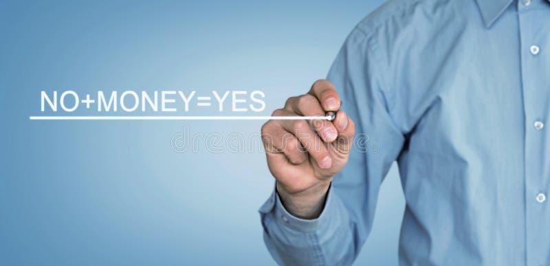 O homem escreve o texto de No+Money=Yes na tela fotos de stock