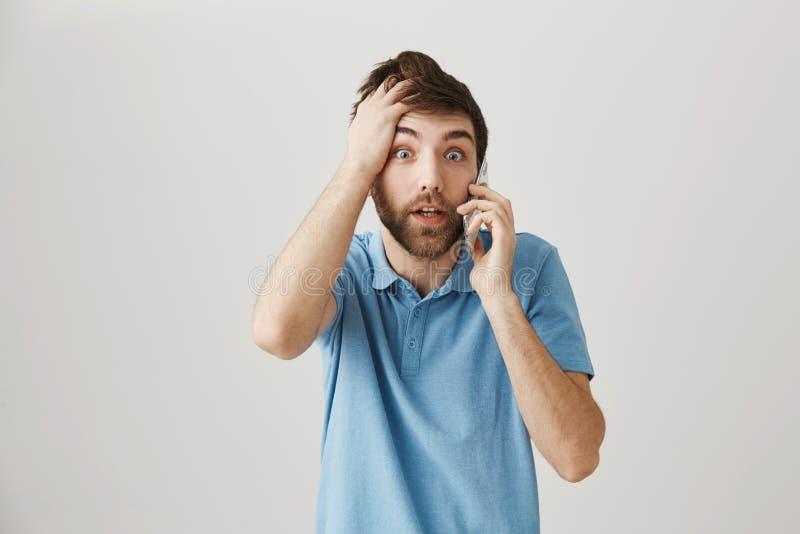 O homem esqueceu totalmente sobre sua reunião Retrato de homem confuso e chocado que guarda a mão na cabeça e que fala sobre fotografia de stock