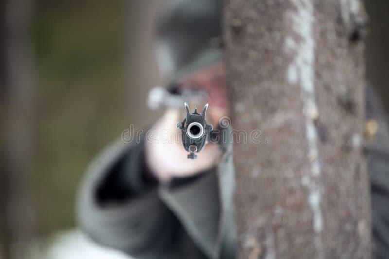 O homem está apontando um rifle fotos de stock