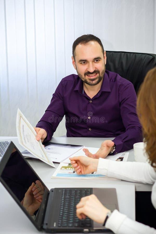 O homem está apresentando um produto novo a uma mulher imagem de stock