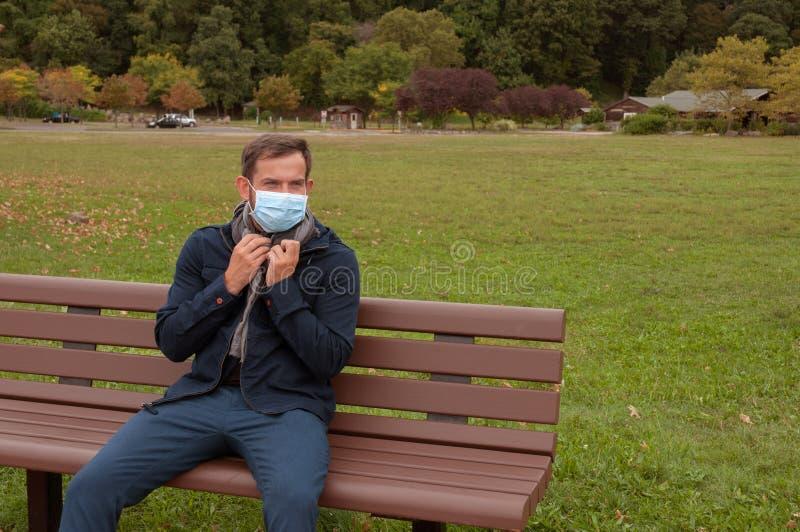 O homem está com o frio ou a gripe O homem tem o frio da captura foto de stock