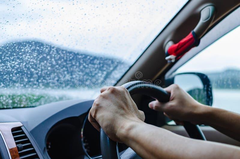 O homem está conduzindo um carro atentamente e com cuidado no mau tempo a Dinamarca fotografia de stock royalty free
