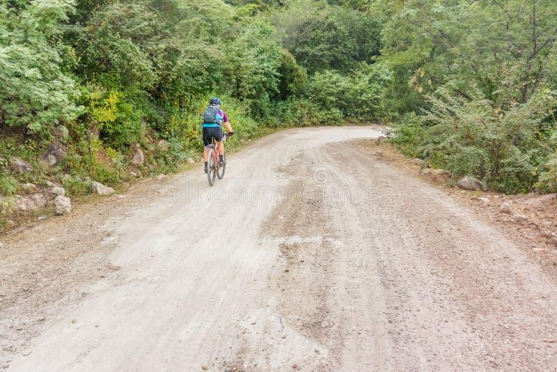 O homem está dando um ciclo na estrada de terra nas Honduras foto de stock