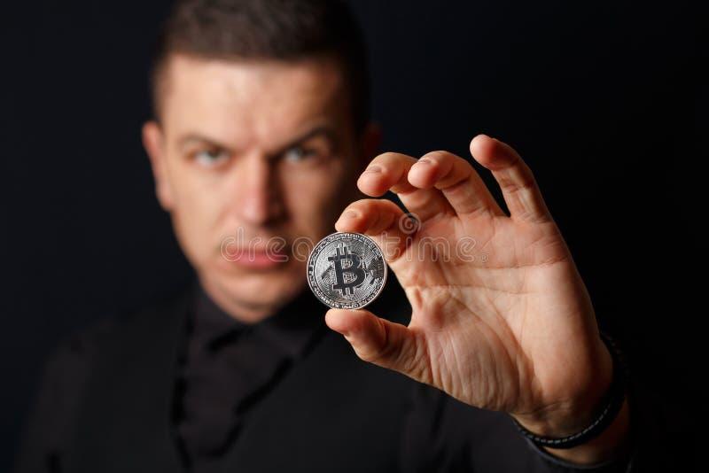 O homem está guardando o bitcoin fotos de stock royalty free