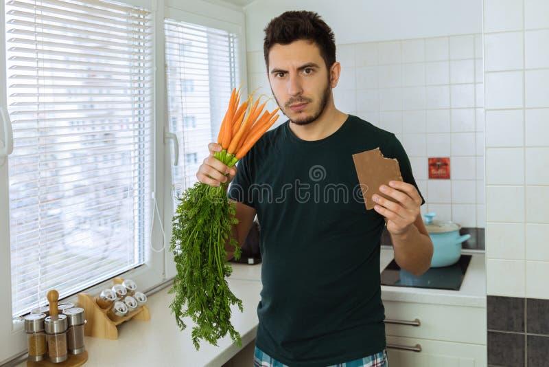 O homem está irritado e virado, não quer comer vegetais imagem de stock royalty free