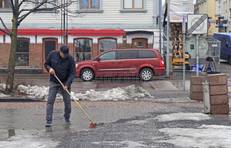 O homem está limpando o mercado em Oulu, Finlandia fotografia de stock