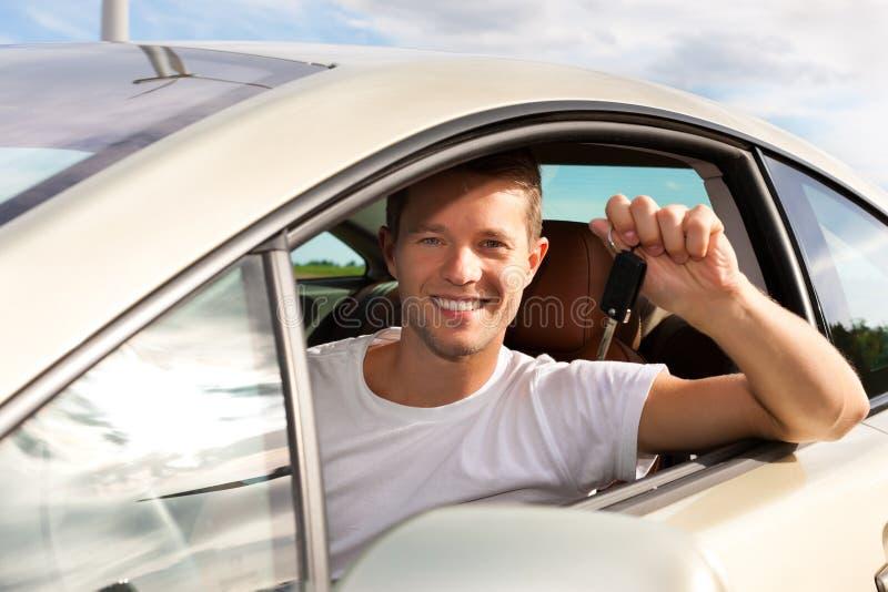 O homem está prendendo seu assento chave do carro para dentro imagem de stock royalty free
